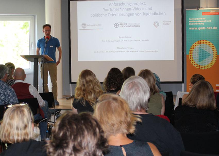 Prof. Dr. Kai Uwe Hugger stellte das Forschungsprojekt auf dem NRW-Fachtag in Bielefeld vor. Foto: GMK